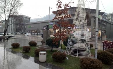Veseljaci ukrasili trg i zgradu opštine