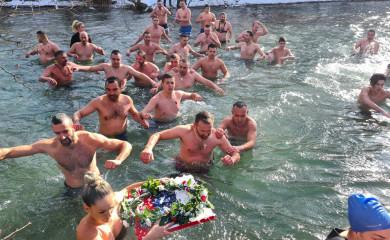 Na prvom plivanju za Časni krst u Miljevini učestvovalo 40 odvažnih plivača