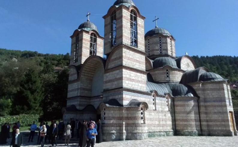 Mitropolit Hrizostom i episkop Joanikije bogosluže u hramu na Velečevu